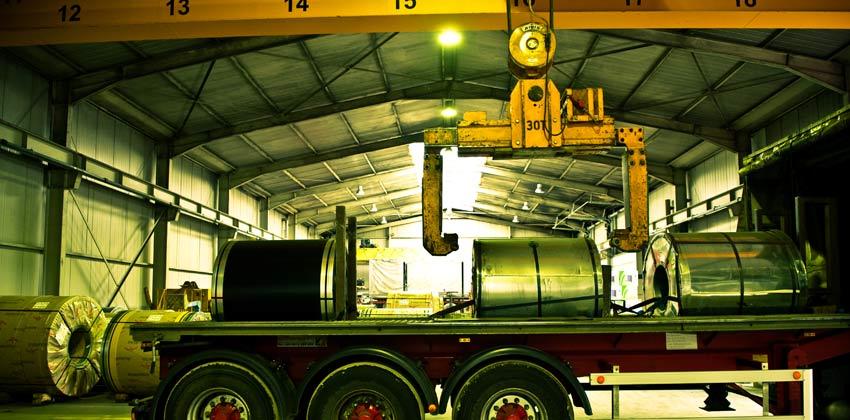 Remorquage de bobines d'acier sur camion